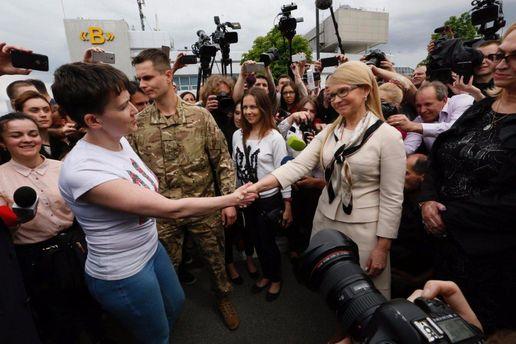 Надежда Савченко жмет руку Юлии Тимошенко