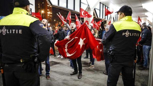 Нидерланды запретили турецкой общине митинг