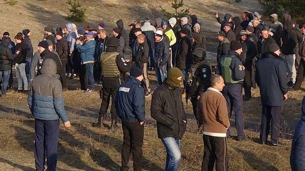 Рядом с полицией находилось и большое количество титушек (иллюстрация)