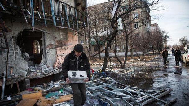Обстрелянный город на Донбассе