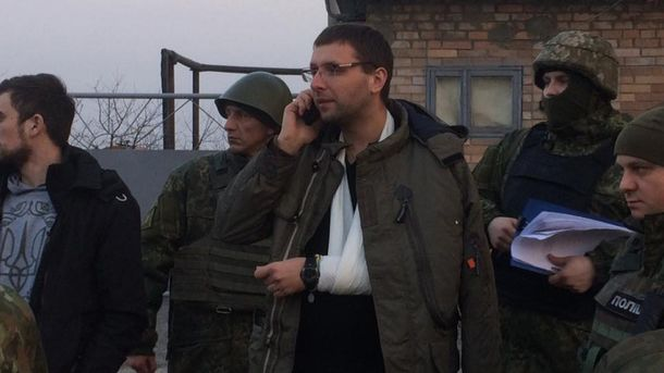 Владимир Парасюк с рукой в гипсе