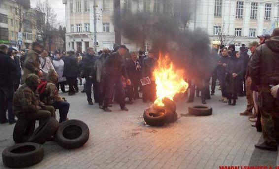 Під Вінницькою облрадою спалахнули шини