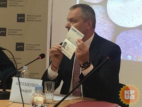 Андрій Артеменко зі своїм канадським паспортом
