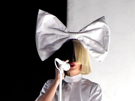 Sia показал себе без перуки