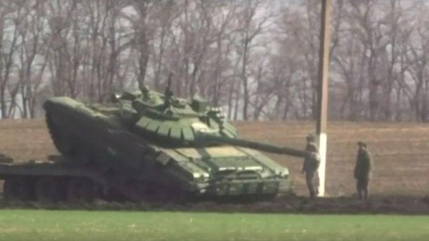 Російський танк на кордоні з Україною