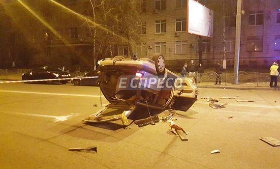Авто таксі перекинулося на дах від удару іншого авто