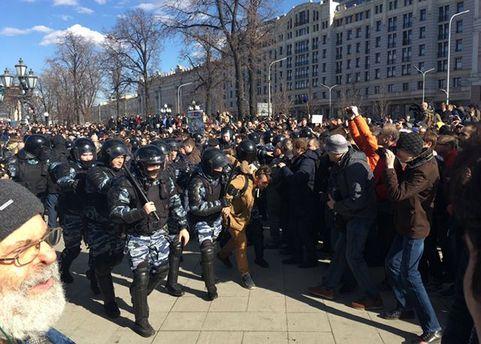 Силовики Москвы зачищают площадь с митингующими
