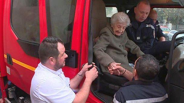 112-летняя бабушка покаталась на пожарной машине