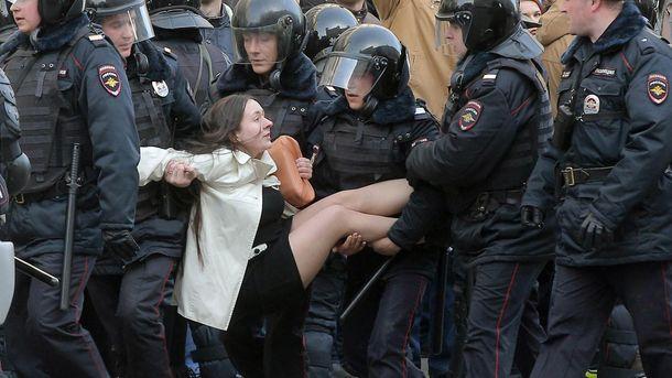 ОМОН задерживает активиста в Москве