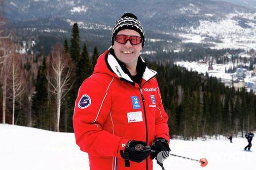 Когда в России задерживали митингующих, Медведев катался на лыжах