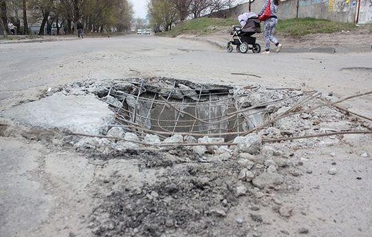 В таку яму колесом провалилася величезна фура