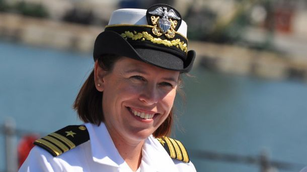 Андриа Слау является командиром на корабле USS Porter