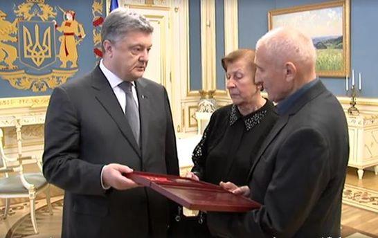 Порошенко вручив військову нагороду батьками Василя Сліпака