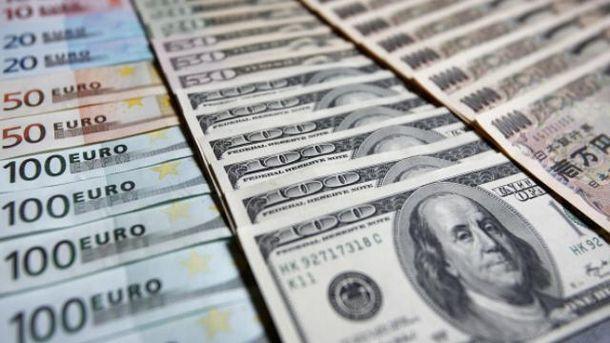 Євро і долар синхронно дешевшають