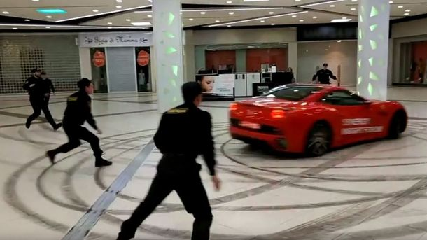 Екс-мер Архангельська проїхався торговим центром на червоному Ferrari