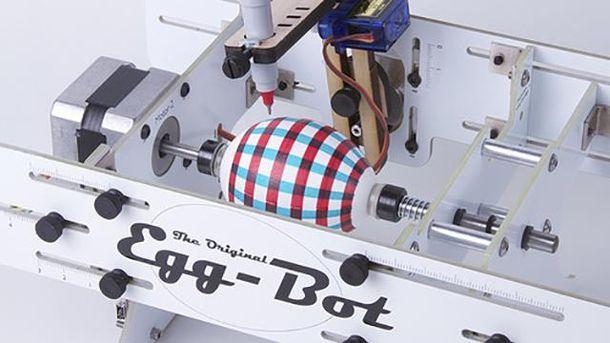 Робот создает узор на пасхальном яйце