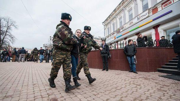 Теперь российские правоохранители будут иметь право выстрелить в женщину