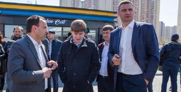 Віталій Кличко під час інспекції демонтажу незаконного автогазозаправного пункту на вул. Григоренка.