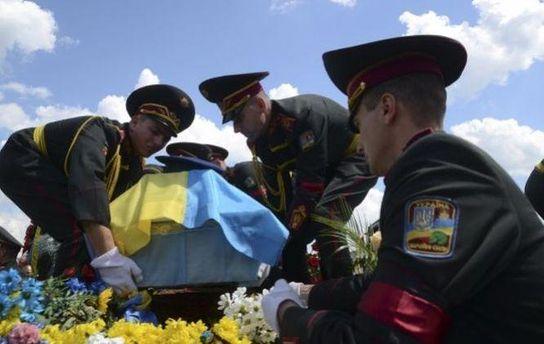 Військові несуть труну з загиблим бійцем