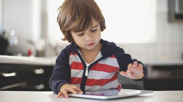 Діти менше сплять через ігри на планшетах