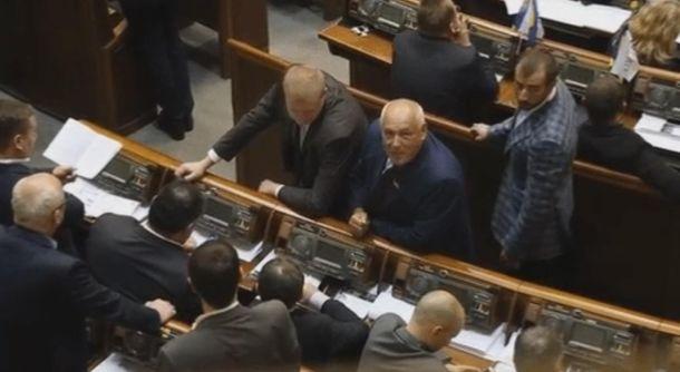 Депутат показывает язык