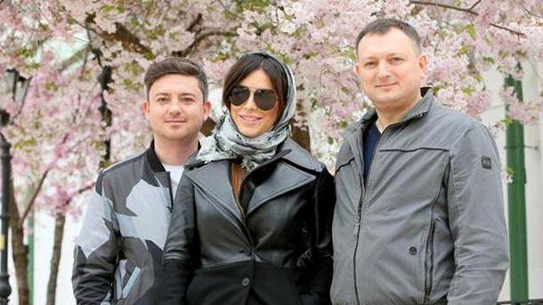 Ани Лорак с братьями гуляет по Андреевскому спуску