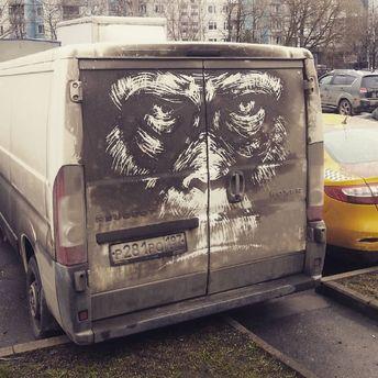 Художник разрисовывает грязные машины