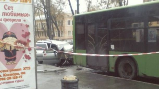 Легковик врізався в автобус