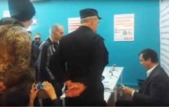 Предвыборный штаб Алексея Навального атаковали люди в форме