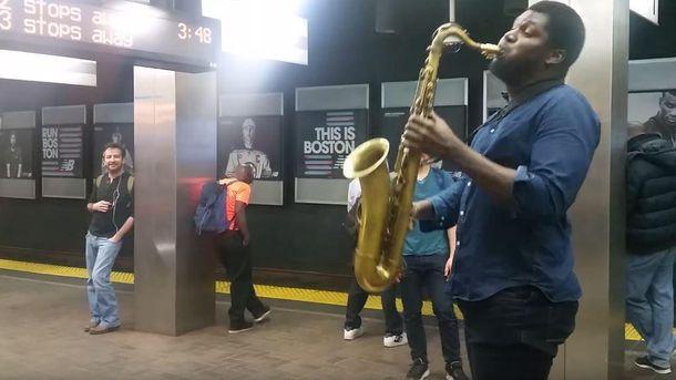 Афроамериканец, который исполняет гимн Украины