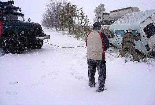 Сотни спасателей ликвидируют последствия весенней непогоды в Украине