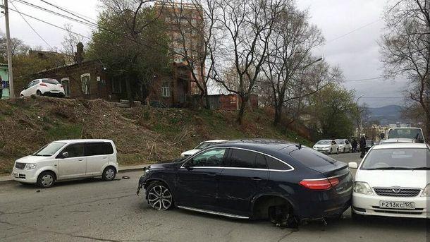 Пострадало сразу 11 припаркованных автомобилей