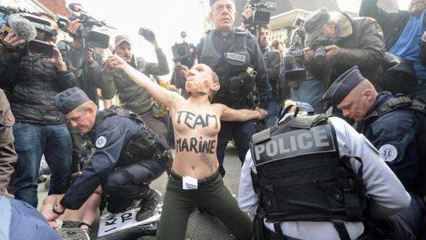 Femen устроили акцию возле участка, где голосовала Ле Пен