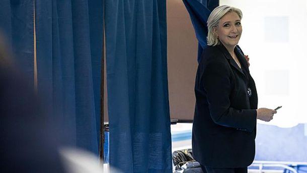 Марін Ле Пен на виборчій дільниці