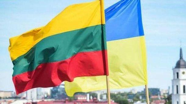 Біля посольства Литви у Києві кинули димову шашку