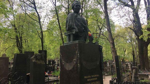 Поврежденный памятник Леси Украинки в Киеве