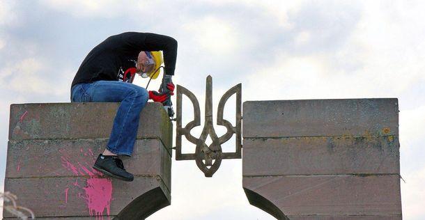 Демонтаж пам'ятника воїнам УПА