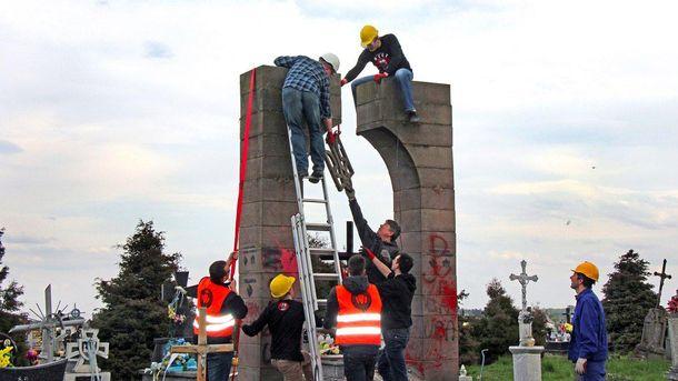 Демонтаж пам'ятника ОУН у Грушовичах