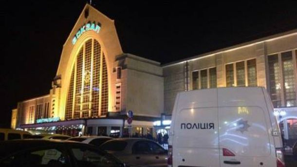 В Киеве на вокзале напали на работников службы, которая осуществляет доставку правительственной корреспонденции