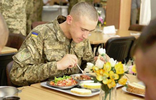 Бійців ЗСУ годують неякісною їжею