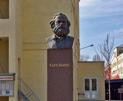 Пам'ятник Марксу на території фабрики