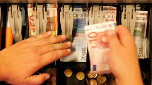 Евро и доллар на несколько копеек подешевели