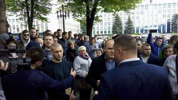 Митингующие под Ровенской ОГА