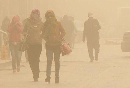 Жителі Пекіну страждають від піщаної бурі, що накрила місто