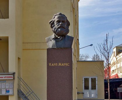 Памятник Марксу на территории фабрики