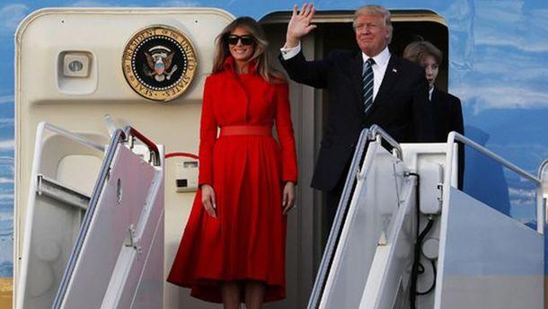 Дональд та Меланія Трампи на трапі літака