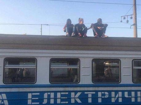 Агресивні підлітки відмовлялись злізати з даху електрички