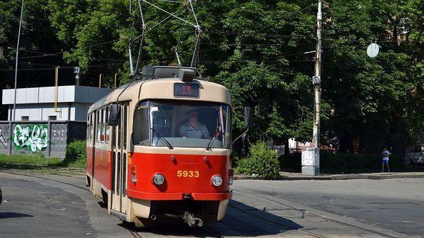 Трамвай №15 на бульварі Гавела у Києві