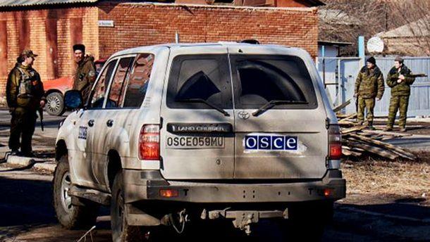 Боевики возле автомобиля ОБСЕ