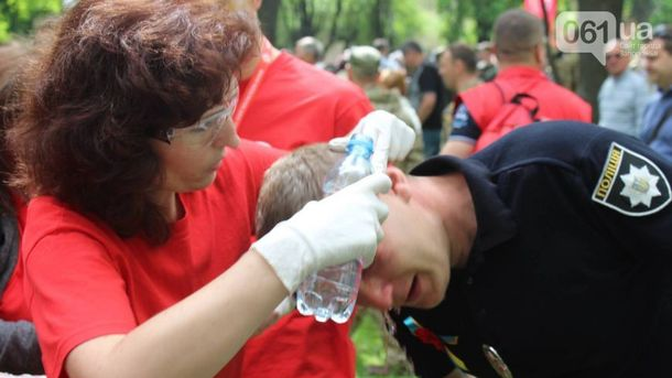 Начальнику запорізьких патрульних Роману Пилипенко надають медичну допомогу